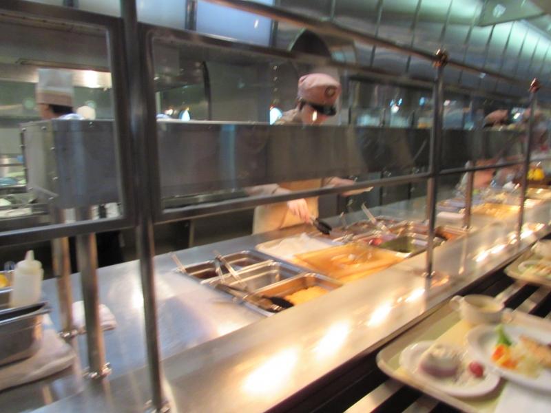 学生食堂かと思うようなセルフサービス方式のホライズンベイ・レストラン