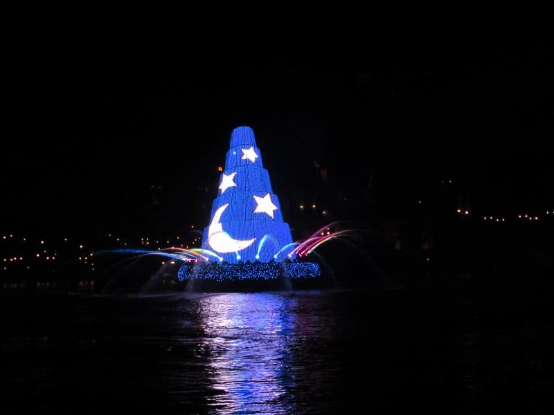 青いクリスマスツリーが会場で輝く東京ディズニーシー