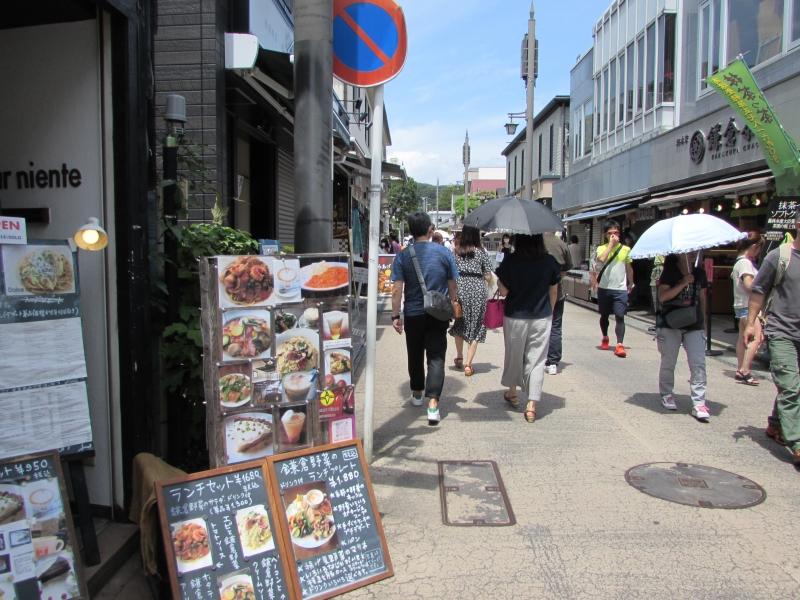 鎌倉市の小町通りにあるカフェ&バー「ドルチェ ファール ニエンテ」は2階にあるので通り過ぎないように注意