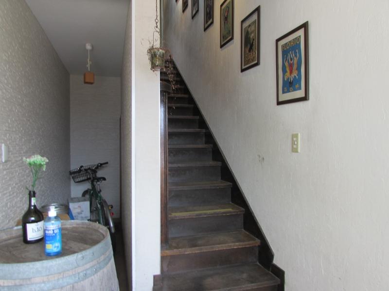この階段を上がると2階にカフェ&バー「ドルチェ ファール ニエンテ」