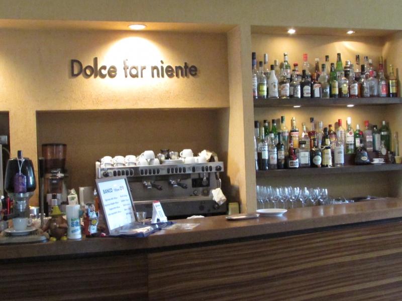 Dolce far niente と店名のの書かれたバーカウンター
