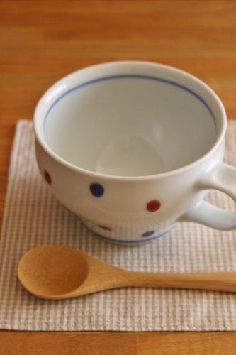 砥部焼・中田窯:スープカップ〈釉裏紅水玉〉