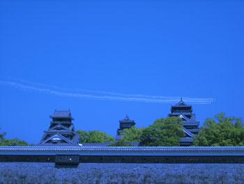 熊本城の周りを旋回してます