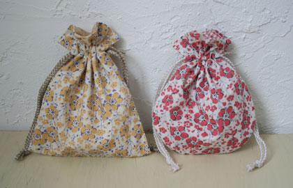 11月のソーイングクラス、Aコース(初心者向け)は「裏地付き巾着袋(SS・マチなし)」。 角形(写真左)か丸形のどちらか一つを作る。