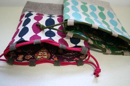 このひも通し部分に平テープを使い、丸ひもを通しています。 巾着袋のような布を縫い合わせたひも通しと違って、 ひもがオープンなので開け閉めがしやすいところが特徴  ...