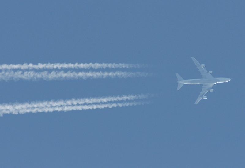 雲を従えるJAL機