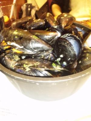 バケツいっぱいのムール貝