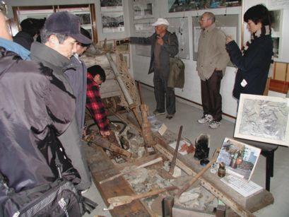 「もう一つの歴史館・松代」仮展示室見学の様子。
