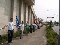 「5・13嘉手納基地包囲行動」に沖縄平和市民連絡会の隊列に入り参加。