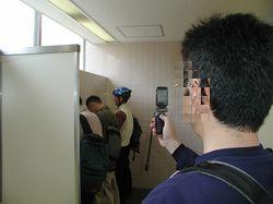 外務省のトイレで隠し撮りする怪しい人物?!
