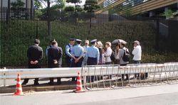 公安の妨害があり大使館へたどり着くまでが大変。