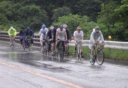 どしゃ降りの中、懸命に登坂車線の坂を登るピース隊