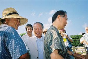 辺野古テントで 辺野古責任者の当山さん、高里さん、徳信さん喜びの握手