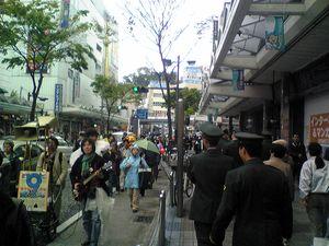 横須賀中央駅前でのパレード、歩道には自衛隊員の姿も。