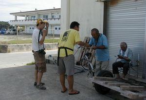 ピースサイクル応援団でもある安次富浩さん(ヘリ基地反対協)にメッセージを手渡す