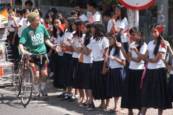 沿道での歓迎は、効率学校全国教員教会(労組未組織)の努力によるもの