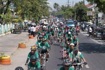 多数のサイクリングクラブの協力でにぎやかな走行