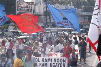 オラニ町では原発に反対するKPDのデモ隊もピースサイクルの街宣に参加