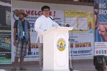 原発反対の演説をするダンテ・ラヤ弁護士、バランガ市で