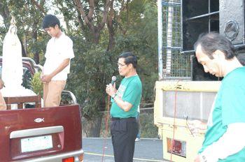 バターン原発前でお祈りするロニーロレート司教。左端は車で運べるマリア像