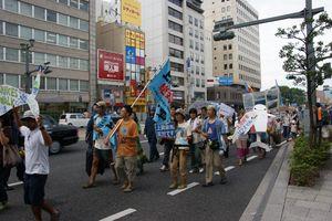 中国電力本社へ向け、ピースパレード