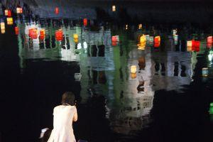 8.6 平和を願う原爆ドーム前の「灯籠流し」