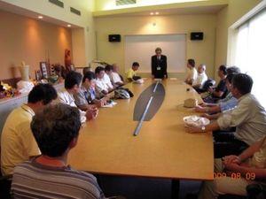 全国からの長崎市長あての「ピースメッセージ」を手渡す。