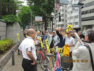 防衛省前にて抗議行動