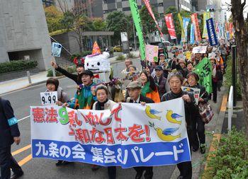 奥平さん、澤地さん、小森さんを先頭にパレード