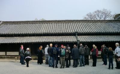 入ると観光客も多いけれど、外国人観光客も多いです。