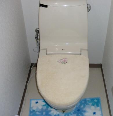 トイレも壁、床も新しくしました