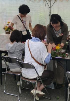 日本フラワーデザイナー協会協賛の  フラワーアレンジの製作のお手伝いに
