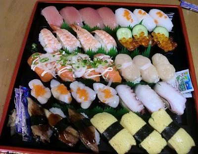 お昼前からスーパーにてにぎり寿司を買ってお墓参りに行きました