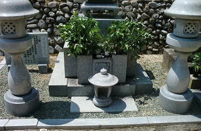 お昼前からスーパーにて  にぎり寿司を買ってお墓参りに行きました