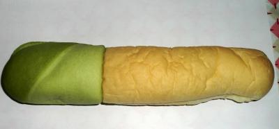 今日のおやつは「ネギみたいなパン」でした