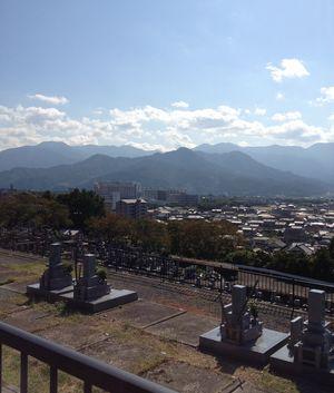遠くを見ると愛媛大学医学部付属病院が見えます