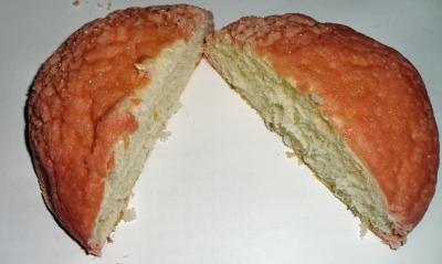 今日のおやつは「紅白のメロンパン」でした