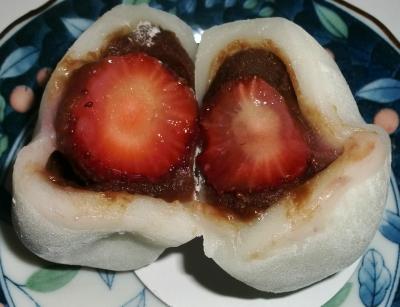 今日のおやつは「苺チョコ大福」でした
