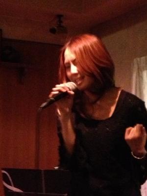 美来ちゃんの撮影会を楽しんだ後は、街のあかりでライブでした