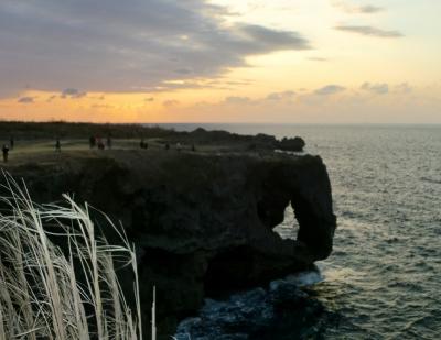 美ら海水族館を満喫後に夕焼けがキレイな万座毛へ