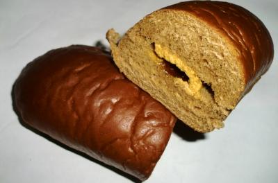 今日のおやつは「黒みつ&きなこクリーム入り黒糖パン」でした
