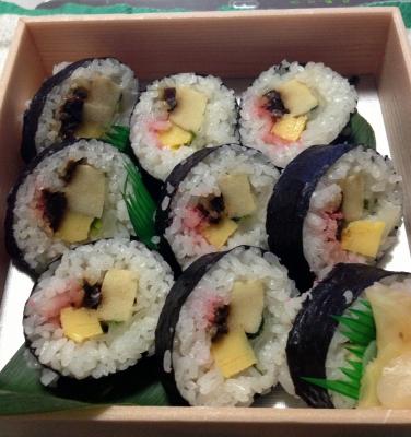 そしてお土産に巻き寿司をいただいて帰って来て食べました