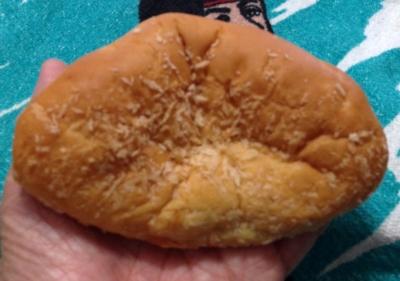 今日のおやつは「ふわふわ焼きカレーパン」でした