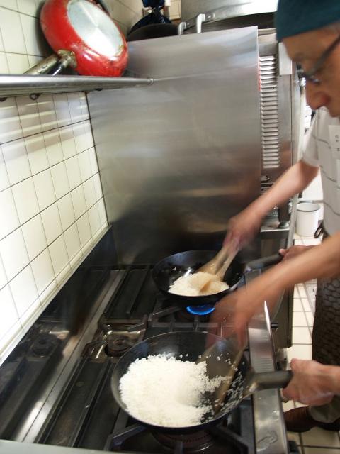 お米を炒めています