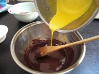 チョコレートに卵黄を混ぜる