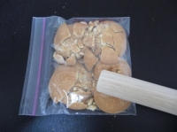 クッキーを細かく砕く