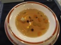 ハート形のニンジン入りコンソメスープ