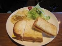 チェダーチーズと生ハムのサンドイッチ
