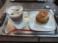 シュークリームとアイスカフェラテ