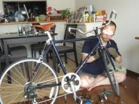 自転車改造中のジュリアーニ